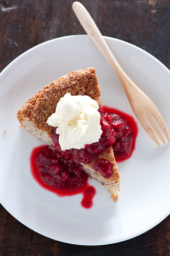 3 ingredient cake with raspberries & cream