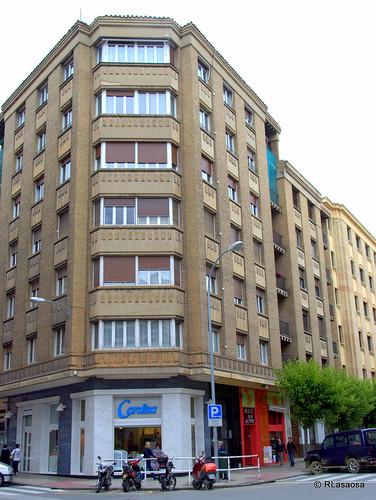 Edificio de viviendas en la confluencia de la calle Estella con la calle Sancho el Mayor. La fachada frontal da a la Plaza del Vínculo.