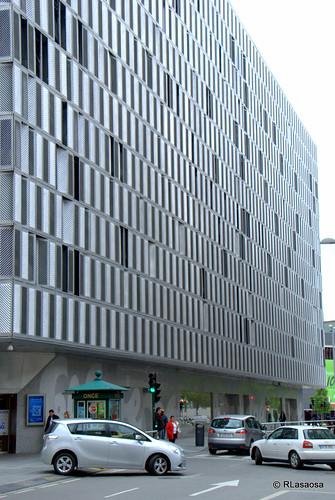 Fachada del edificio de El Corte Inglés a la calle Estella