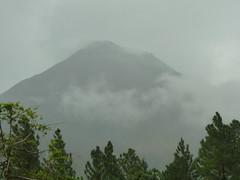 Vulkan Arenal im Nebel