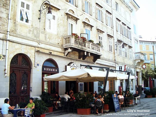 Trieste路邊的某家咖啡廳,有露天咖啡座,氣氛感覺很悠閒愜意。