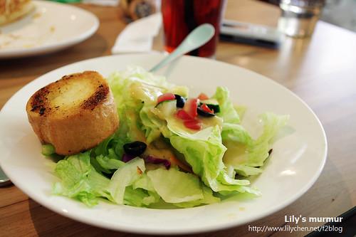 樂子沙拉,左邊那一塊應該是麵包。