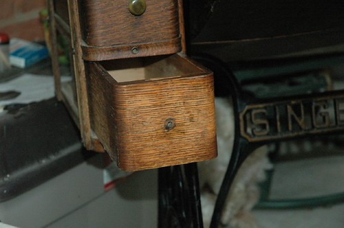 antique sewing machine 036.JPG