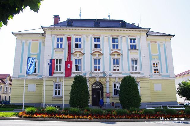 好像是Postojna小鎮的行政機關,不是很確定。