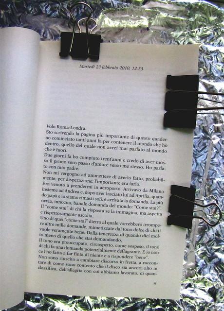 Tiziano Ferro: Trent'anni e una chiacchierata con papà, Kowalski 2010, progetto grafico di Cristiano Guerri, ritratto fotog. dell'autore, b/n, © Giovanni Gastel; incipit. (part.), 1