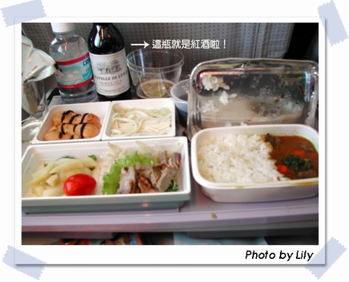 日亞航的機上餐:台灣飛往日本用的是和風口味,由日本飛往台灣的機上餐就是台灣口味了。而機上還有供應免費的紅酒喔!
