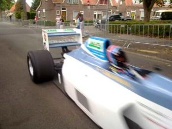 Arie Luyendyk op de GP van middelharnis in een F1 auto
