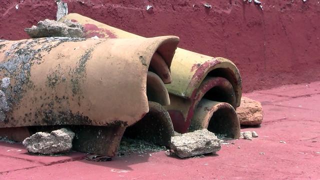 Tejas rotas en la azotea de la Casa del Pumarejo, en San Luis