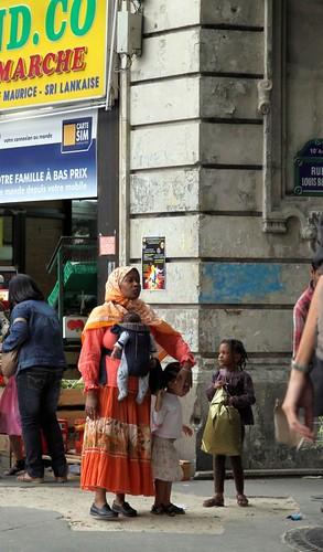 10g25 Leonor y Porte La Chapelle070 variante Madre con niños
