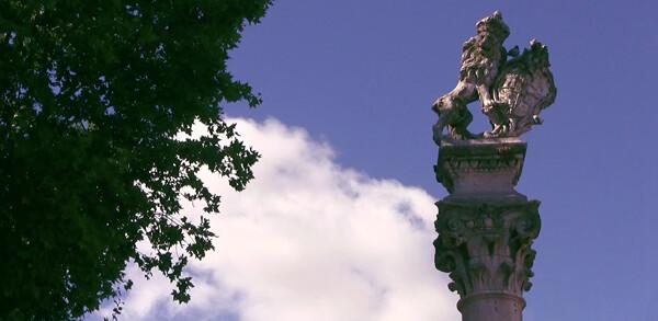 Uno de los leones que portan escudos sobre las columnas de la Alameda de Hércules