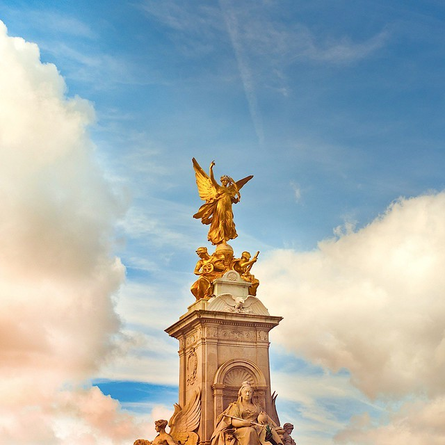 London queen victoria blue sky cloud statue photography
