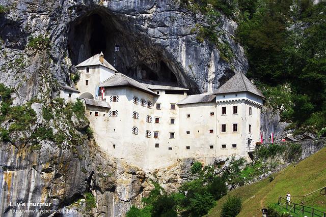 近一點看Predjama castle。
