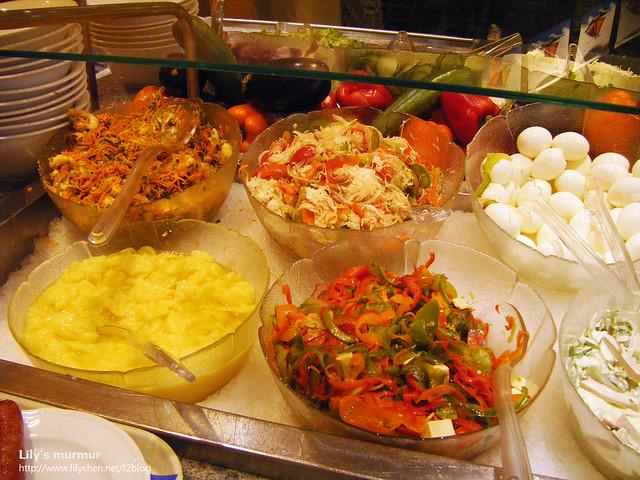 沙拉吧台,各式各樣的沙拉,讓愛吃沙拉的我拿了幾種混在一起。