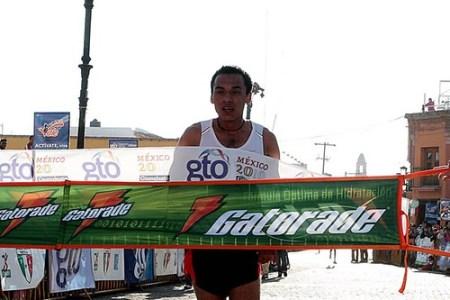 Omar Luna gana el maratón Bicentenario en Guanajuato