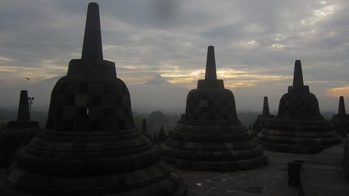 Borobudur y el Monte Merapi de fondo