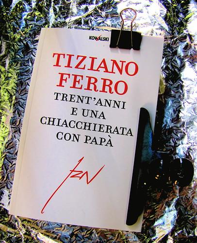 Tiziano Ferro: Trent'anni e una chiacchierata con papà, Kowalski 2010, progetto grafico di Cristiano Guerri, cop. (part.), 1