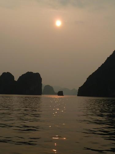 Puesta de sol en la bahía de Halong