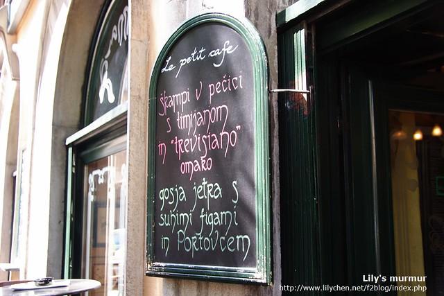 La Petit Cafe的外觀,店外就只有這塊招牌。