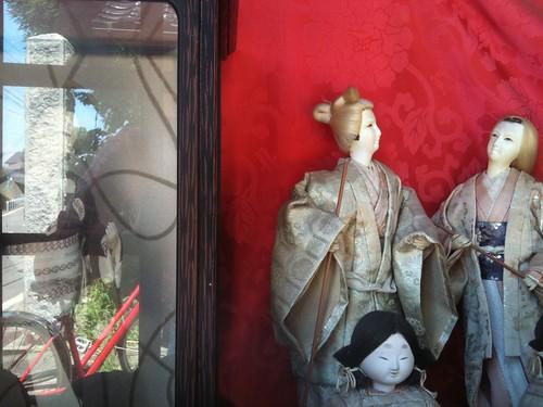 色の抜けた日本人形とかかなり恐怖