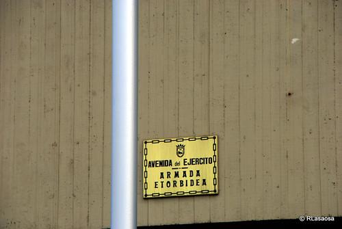 Letrero anunciador de la Avenida del Ejército en el Edificio Singular