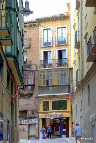Fachada de un edificio de viviendas de la calle Mercaderes visto desde la calle Mañueta