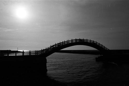 24 mm, f/16, 1/1000, A, EV -1. Film: Kodak Tri-X 400 (分裝). Camera: Nikon F4s. 後製: Light +5, Black +1.