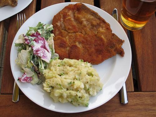 Paniertes Kotelett mit schwäbischem Kartoffelsalat sowie Blattsalat