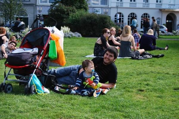 Teo y Pau disfrutando del parque Austurvöllur