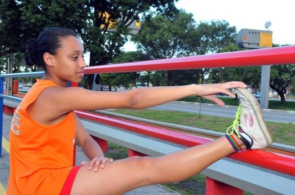 A telemarketing Asmyne Simão, de 19 anos, é uma das alunas da ginástica diárias.