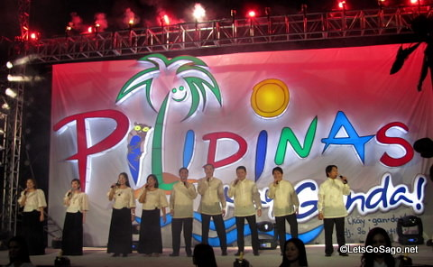 Pilipinas Kay Ganda unveiled with singers to the tune of Ryan Cayabyabs Kay Ganda ng Musika (replacing musika with Pilipinas)