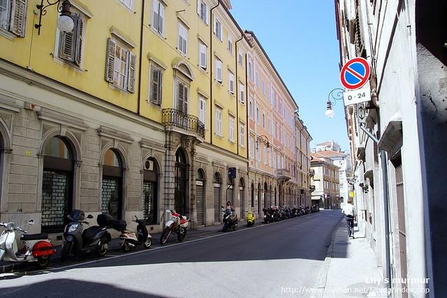 Treste的街道,整齊乾淨漂亮,反而有維也納的Fu,唯獨路邊的摩托車會提醒你這裡是義大利