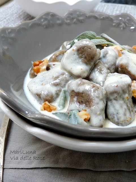Gnocchi grigi con crema al gorgonzola,cognac e noci