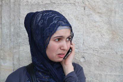 10h17 Perpignan043 Joven musulmana