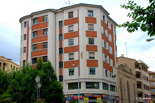 Edificio de viviendas en la calle Estella, con fachada a la plaza del Vínculo y a la calle Tudela.