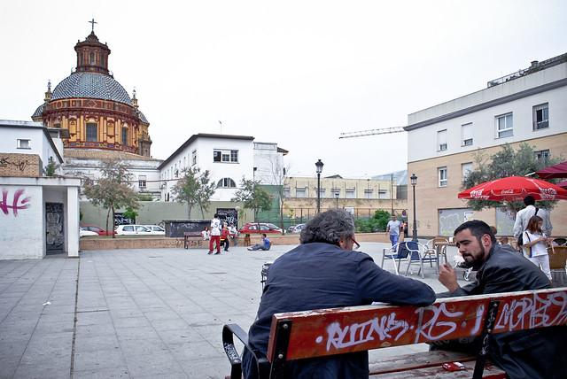 Plaza de José Luis Vila, uno de los mayores exponentes del cambio del paisaje urbano en el barrio de San Luis. Al fondo, la iglesia de San Luis de los Franceses, joya del Barroco sevillano.