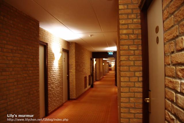 通過這個長廊,邊走邊找我的房間。