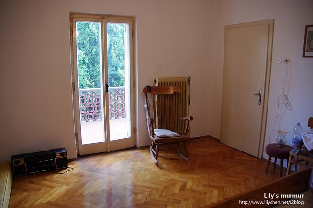 房間還蠻大的,整體還算乾淨,就是地板有些灰塵。