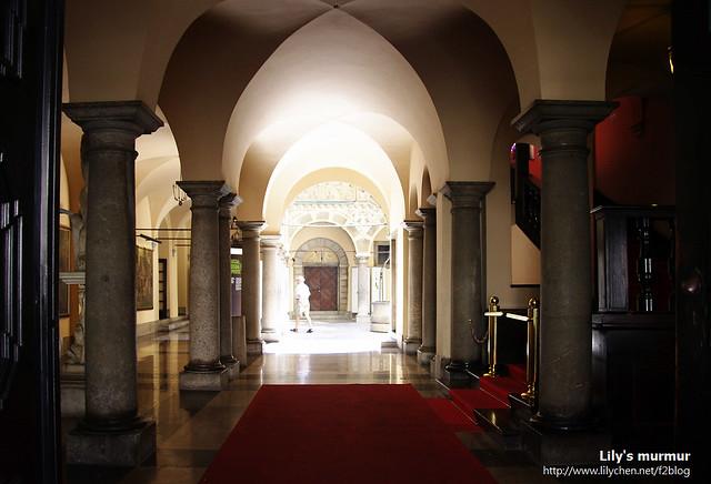 從舊市政廳入口往內看,這個長廊是否很美麗呢?光線由裡面的天井灑下來,給了這個長廊一個夢幻的感覺。