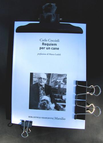 Carlo Coccioli, Requiem per un cane, Marsilio 2010, [responsabilità grafica non indicata], alla cop.: [ritratto fotog. b/n di Carlo Coccioli; autore non indicato], cop. (part.), 1