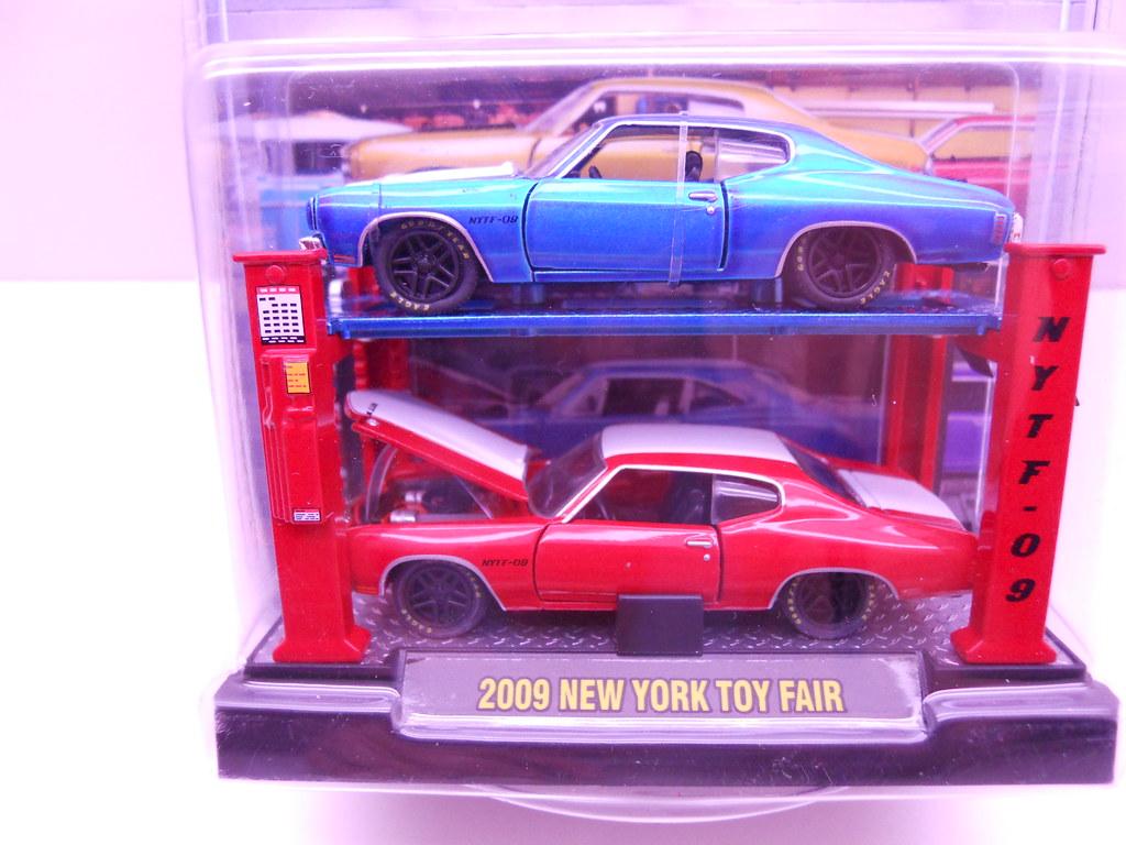 m2 2009 New york toy fair 2 car lift (2)