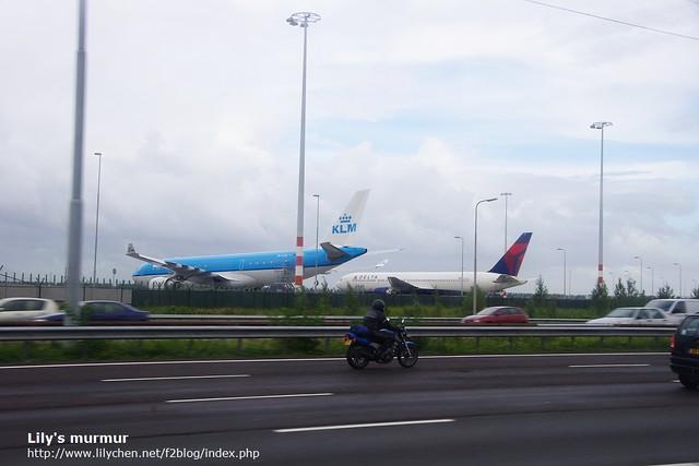 往阿姆斯特丹Schipol機場的路上,看到一台荷航客機跟另外一架Delta的客機。