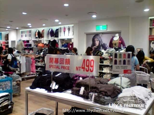 這是連帽外套特價區,女生柔棉連帽外套只要TWD499,很便宜,比找代買從日本買回來更便宜。
