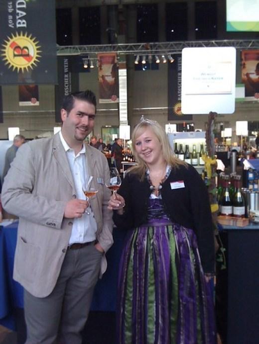 Die Badische Weinprinzessin Sarah Kappeler bei Alexander Ultes am Stand von Weingut Friedrich Kiefer