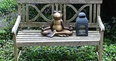 """Die Sitzbank. Die Sitzbänke. Auf dieser alten Sitzbank sitzt ein zufriedener Frosch und meditiert. :-) Neben dem Frosch ist eine Laterne. • <a style=""""font-size:0.8em;"""" href=""""http://www.flickr.com/photos/42554185@N00/34998613916/"""" target=""""_blank"""">View on Flickr</a>"""