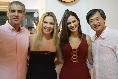 Rodrigo e Marceo, proprietário da Dona Flor, ladeiam Claudinha e Laura Lage