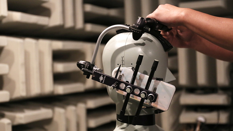 2_Dummy tester allows for all simulations of user behavior_(anechoic chamber)