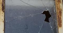 """Der Sprung. Die Sprünge. Der Riss. Die Risse. Diese Glasscheibe hat Sprünge (Risse). • <a style=""""font-size:0.8em;"""" href=""""http://www.flickr.com/photos/42554185@N00/35125132342/"""" target=""""_blank"""">View on Flickr</a>"""