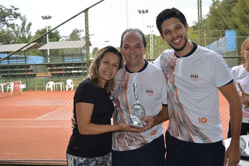 Mary e Victor abraçam o vice campeão LucianoAraujo - Provest