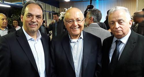 Maílson da Nóbrega entre o presidente da FIEMG Vale do Aço, Luciano Araújo, e o presidente da FIEMG, Olavo