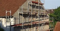 """Das Gerüst. Die Gerüste. Das Baugerüst. Die Baugerüste. Wenn man an der Fassade eines Hauses arbeiten möchte, braucht man ein Gerüst. • <a style=""""font-size:0.8em;"""" href=""""http://www.flickr.com/photos/42554185@N00/36312510706/"""" target=""""_blank"""">View on Flickr</a>"""